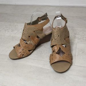 Hot Tomato Wedges Sz 9.5W Flowers Tan Leather